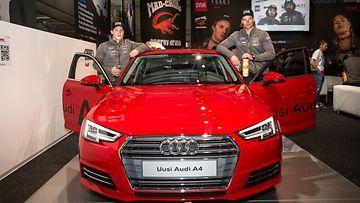 Santeri Paloniemi (vas.) ja Victor Malmström käyttävät Audia menopeleinään työmatkoilla.