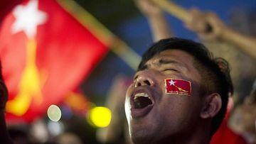 Aung San Suu Kyin kannattaja Myanmarissa