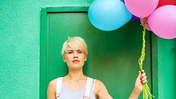 Nainen ja ilmapalloja (1)