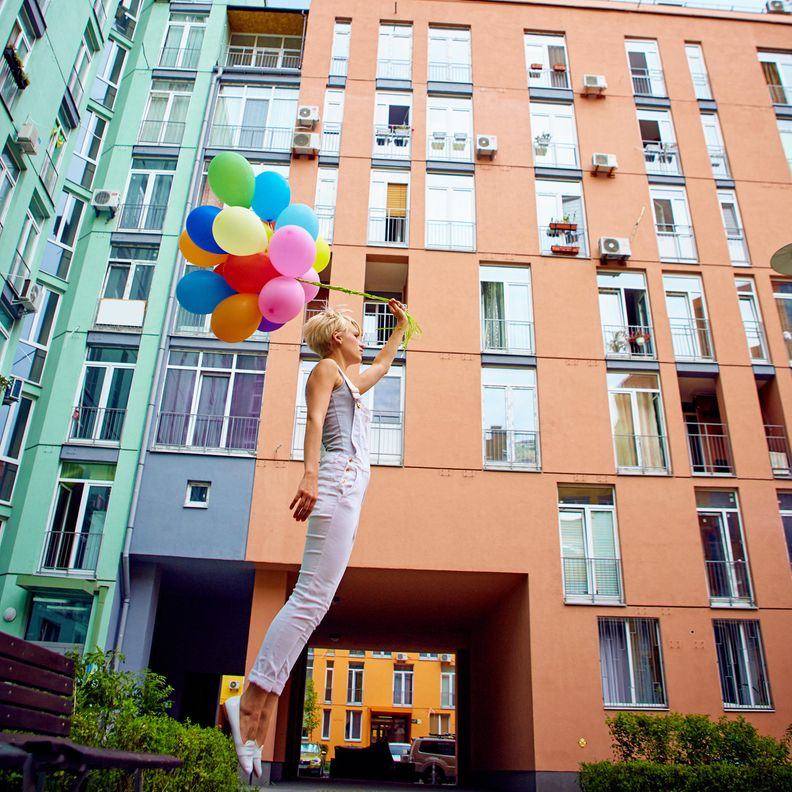 Nainen ja ilmapalloja (2)