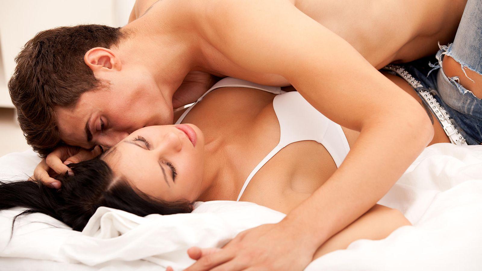 mies ja nainen sängyssä ilmais sex