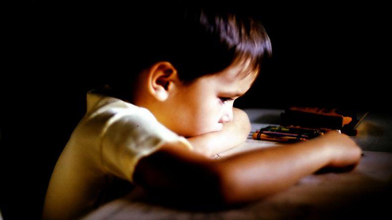 Lapsi saattaa pitää tunteet itsellään.