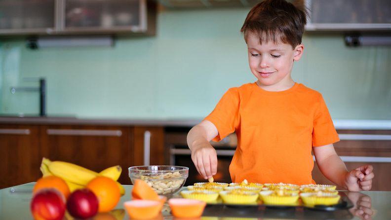 Poika kokkaa
