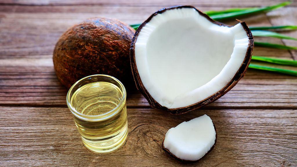 Kookosöljy on luonnollinen kosteuttaja. Hiero kookosöljyä päänahkaan ... 1d11c27747