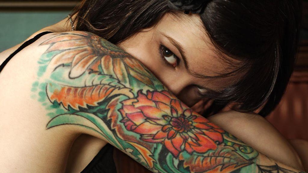 tatuointi nilkassa hoikka nainen