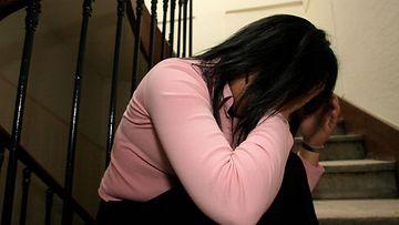 nainen_itkee_väkivalta
