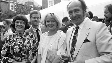 Marjatta (vas) ja Martti Pokela sekä heidän tyttärensä Eeva-Leena miehensä Raimo Sariolan kanssa USA:n itsenäisyyspäivän juhlissa USA:n Helsingin lähetystössä 4. heinäkuuta 1984.