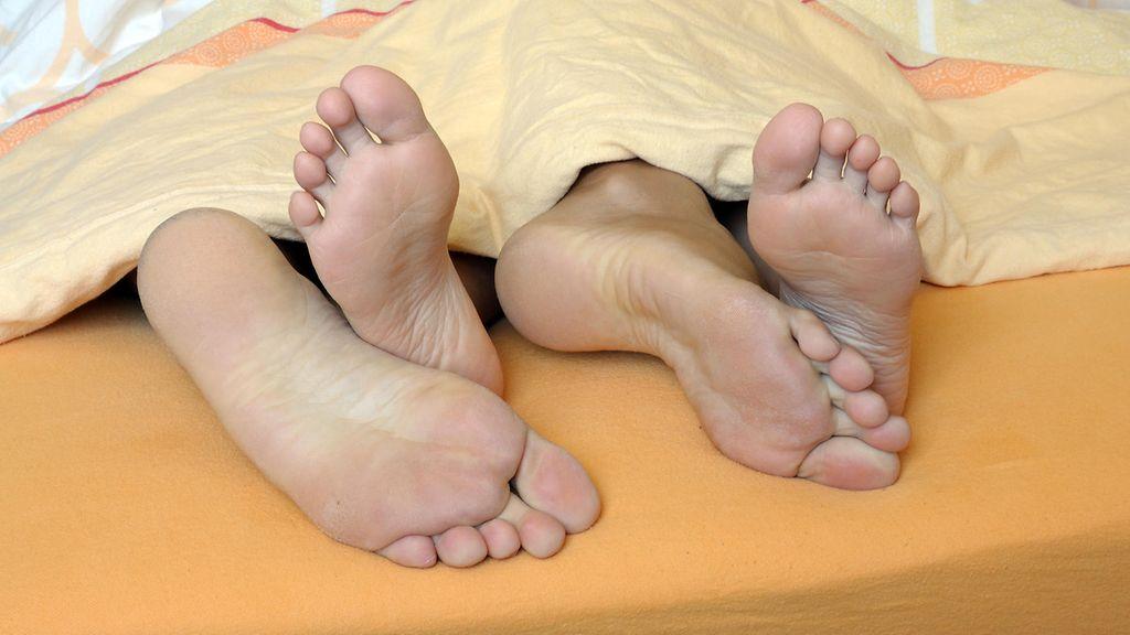 homo mies ottaa suihin seksiä sukkahousuissa