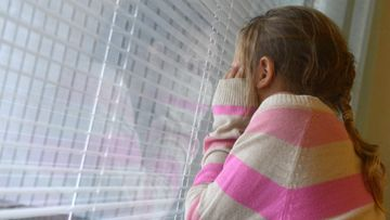 Lapsi tyttö surullinen suru masentunut masennus yksinäinen yksinäisyys kiusattu kiusaaminen