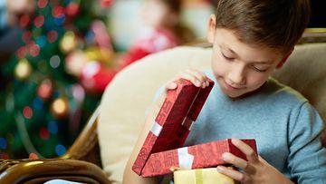 poika avaa joululahjan