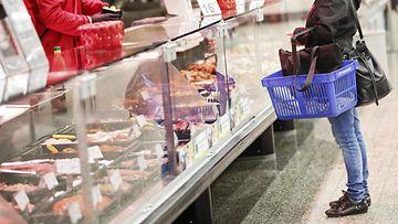 Ruokakauppa asiakas ostokset ostoksilla myymälä kauppa liha kala lihatiski kalatiski