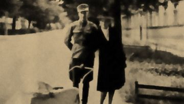 Esikoista ulkoiluttamassa kesällä 1944