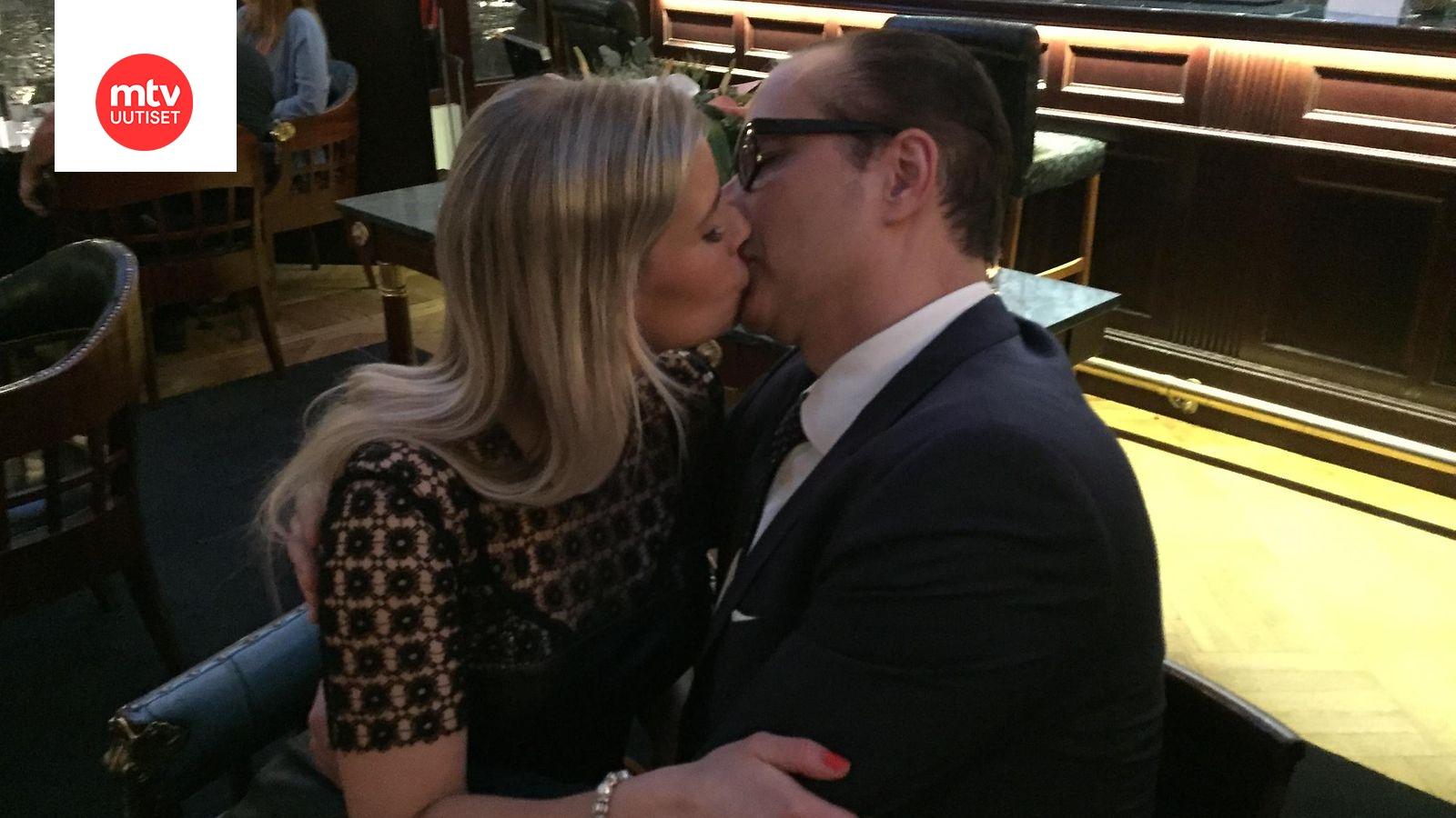 Kaley Cuoco dating Ryan