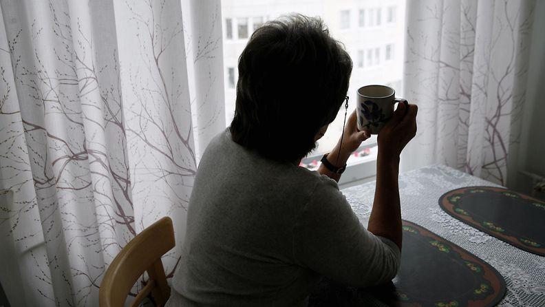 nainen, yksin, ikkuna
