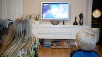 Lapset katsovat televisiota (1)