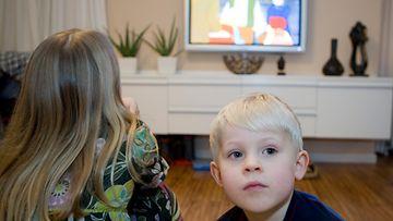 Lapset katsovat televisiota (2)