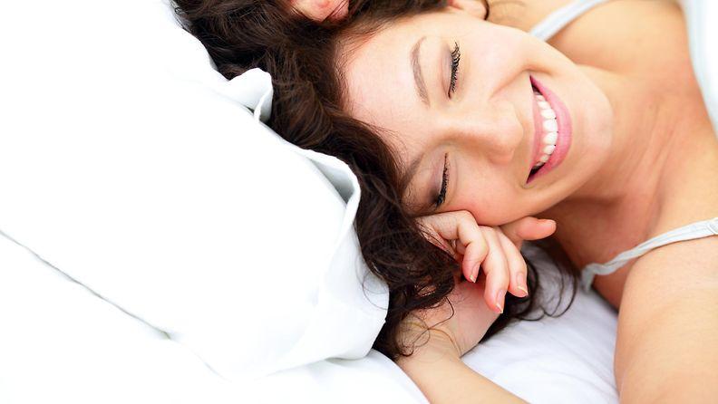 nainen, sänky, uni, iloinen
