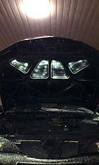 Auton konepelti sisäpuoli