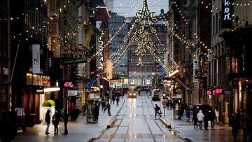 Helsingin Aleksanterinkadulla valmistauduttiin mustaan jouluun jouluaattona 24. joulukuuta 2011.