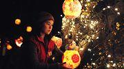 Nainen sytyttää lyhdyn talvipäivänseisausta juhlistavassa Winter Solstice Lantern Festival -juhlassa Vancouverissa, 2014 Copyright: Xinhua/Photoshot. All rights reserved./All Over Press. Photographer: Sergei Bachlakov.