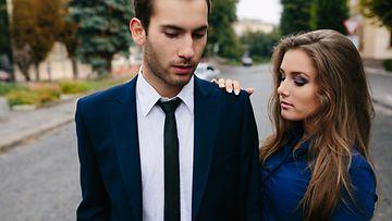 Nainen ja mies puvussa (1)