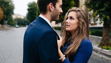Nainen ja mies puvussa (3)
