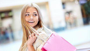 shoppaileva nainen