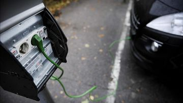 Auto saa virtaa sähkötolpasta 13. marraskuuta 2010.