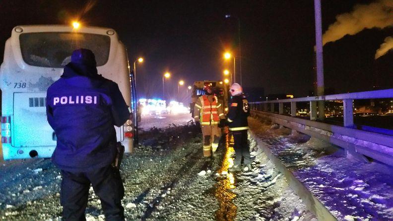 Onnettomuus Lauttasaaren sillalla. Lukijan kuva