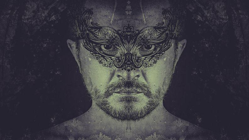 Mies maski kasvoillaan