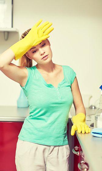 Teini siivoaa kotia