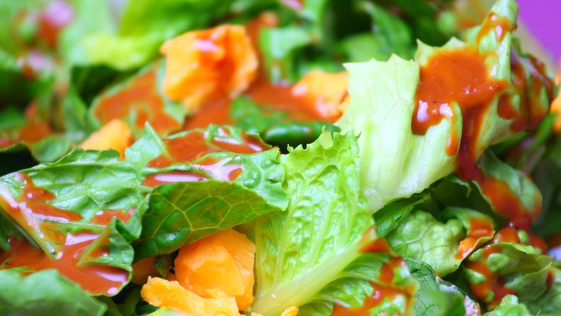 salaatinkastike lähikuva salaatista