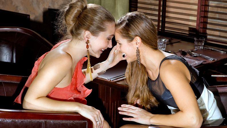 ystävykset baarissa