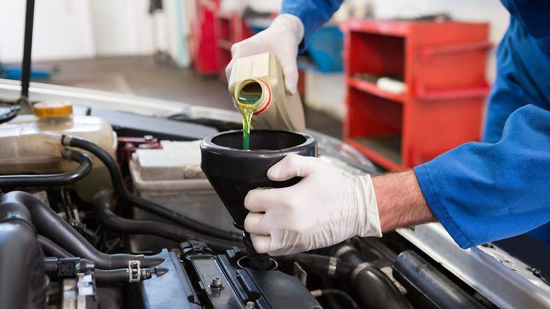 Moottoriöljyn lisääminen autoon voi olla helpompaa suppilon avulla.