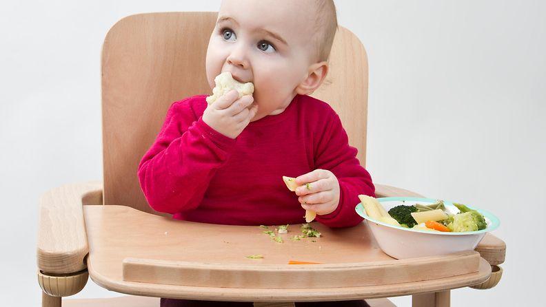 vauva syö kasviksia