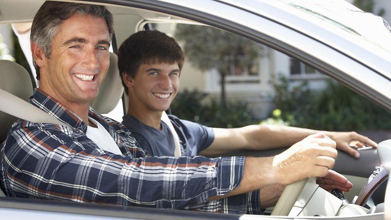 isä ja poika autossa