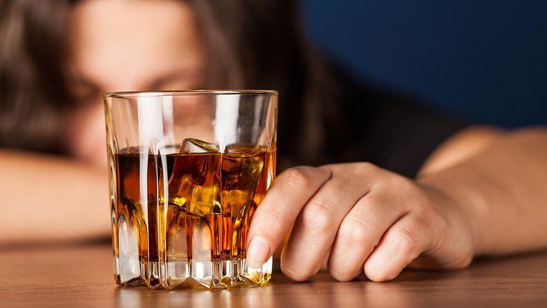 Nainen varoittaa alkoholista.
