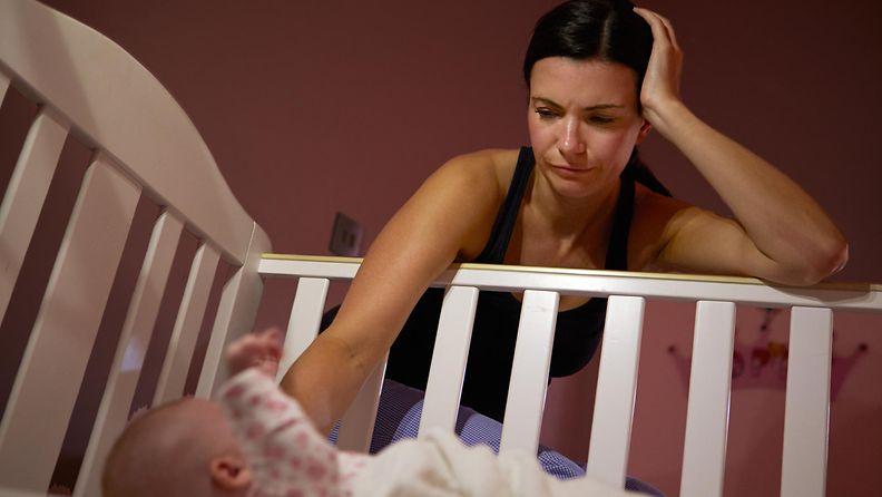 äiti nukuttaa vauvaa