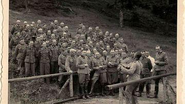 Yhdysvalloissa holokaustimuseossa on esillä päiväämätön valokuva, joka on peräisin SS-sotilas Karl Höckerin albumista. Näyttelyssä on esillä kuvia, joissa SS-upseerit viettävät vapaa-aikaansa Auschwitz-Birkenaun keskitysleirillä touko-joulukuussa 1944. Kuvassa Josef Mengele edessä oikealla.