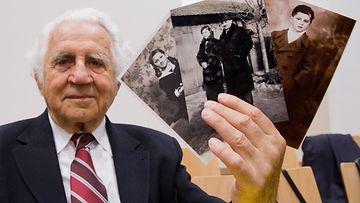 Auschwitzista selvinnyt William Glied näyttää kuvia siskostaan, vanhemmistaan sekä itsestään.