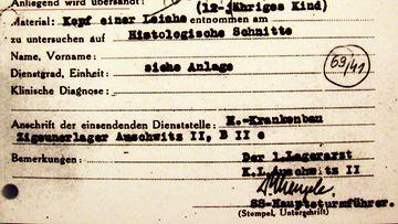 Mengelen allekirjoittama dokumentti, joka on nähtävissä Budapestissa sijaitsevassa museossa.