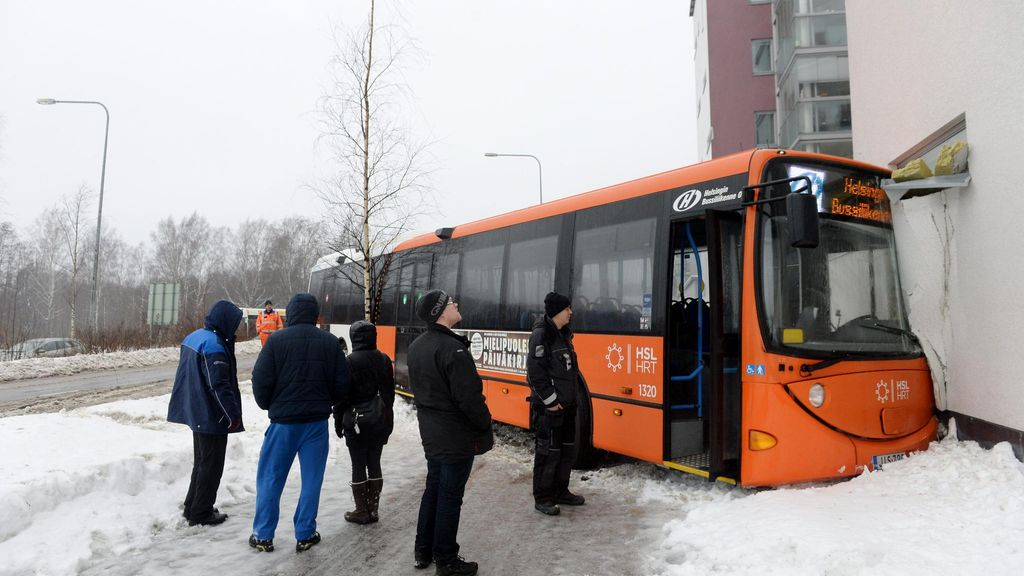 Kuva linja auto suistui p in kerrostaloa helsingiss for Linja 40 mobilia