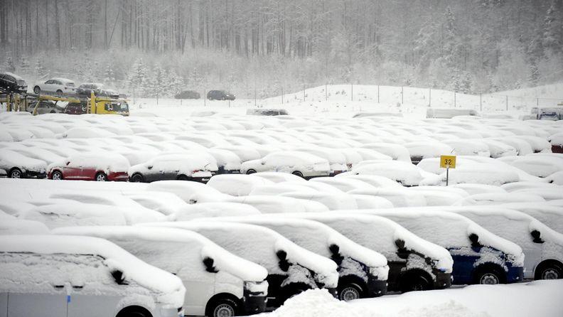 Lumisia autoja S.E.Mäkisen autologistiikkakeskuksessa Klaukkalassa 21. joulukuuta 2009. (1)