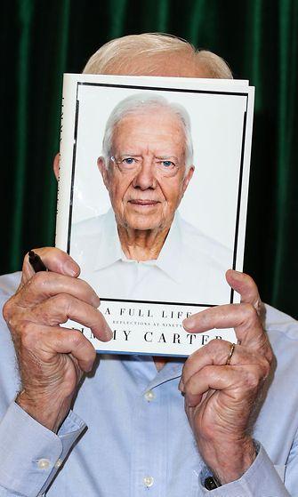 Jimmy Carter signeeraa kirjaansa