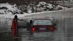 Naisen kauhunhetket – auto upposi valtavaan lammikkoon