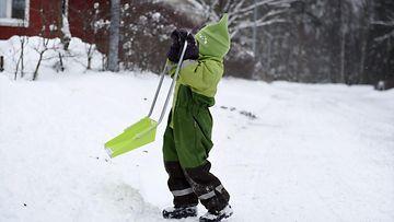 lapsi kolaa lunta