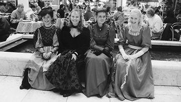 Ensi vuoden abiturientit juhlivat vanhojenpäivää kaupungilla. Vas. Anne Kleiman, Siv Laxen, Susanna Porri ja Mia Seiloo Meilahden lukiosta.