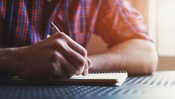 mies kirjoittaa