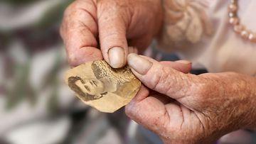 Vanha nainen katsoo kuvaa