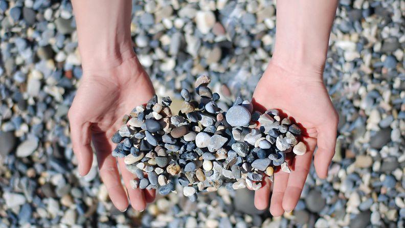 Kiviä käsissä